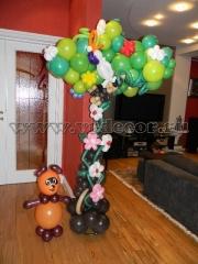 Винни Пух под деревом из воздушных шаров