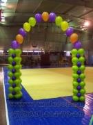 арка из воздушных шаров для украшения соревнований по гимнастике в школьном спортзале