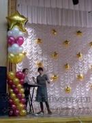 Колонна из шаров для украшения школьной сцены