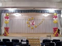 Украшение шарами школьной сцены