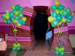 Деравья из воздушных шаров для украшения кафе на выпускной