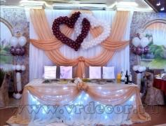 Оформление свадебного президиума в бежевом цвете