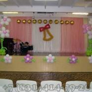 Ромашки из шаров с гелием для украшения школьной сцены