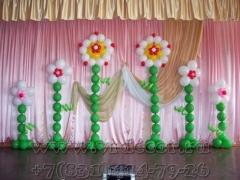 Большие цветы из шаров для украшения сцены