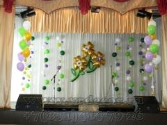 Оформление воздушными шарами сцены на школьный праздник
