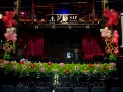 Украшение сцены на выпускной в ночном клубе
