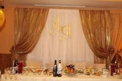 Оформление свадебного президиума в золотом цвете