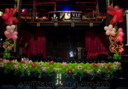 Декорирование гирлянд цветами из шаров. Украшение сцены гирляндой.