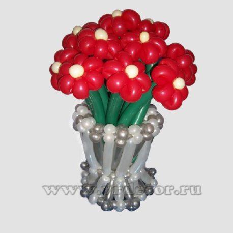 Корзина с яркими цветами из воздушных шаров
